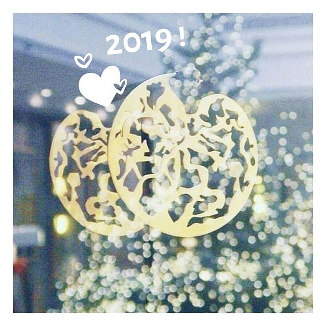 2019 is here! Kajika wish you an happy new year 🥂🎉✨ On vous souhaite de belles découvertes soupoudrées de jolies coups de coeur ! Que cette nouvelle année vous comble de nombreux petits et grands bonheurs ! ˙ ˙ #happynewyear2019 #bonneannée2019 #byebye2018 #artandjewels #luxe #earrings #bouclesdoreilles #kajikajewelry  #luxeparisien  #reveillon #joailleriecontemporaine #contemporaryjewelry #parisianluxury #ipreview @preview.app
