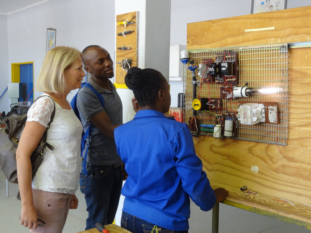 Ausbildungszentrum VTC Windhoek, Elektroabteilung, zwei Lernende und Andrea Zeiger.JPG