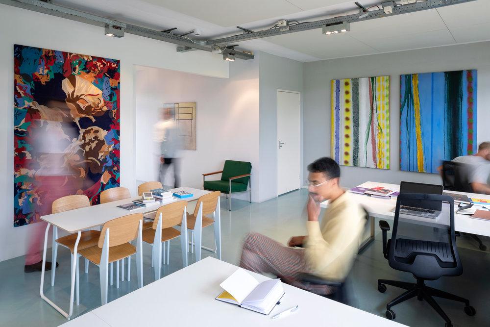 Productiviteit verhogen - Hoe haal je meer uit je mensen, zonder dat ze overspannen thuis komen te zitten? Hoe hou je je personeel gemotiveerd, dag in dag uit? Kunst op de werkvloer heeft een bewezen effect op de arbeidsproductiviteit van personeel.