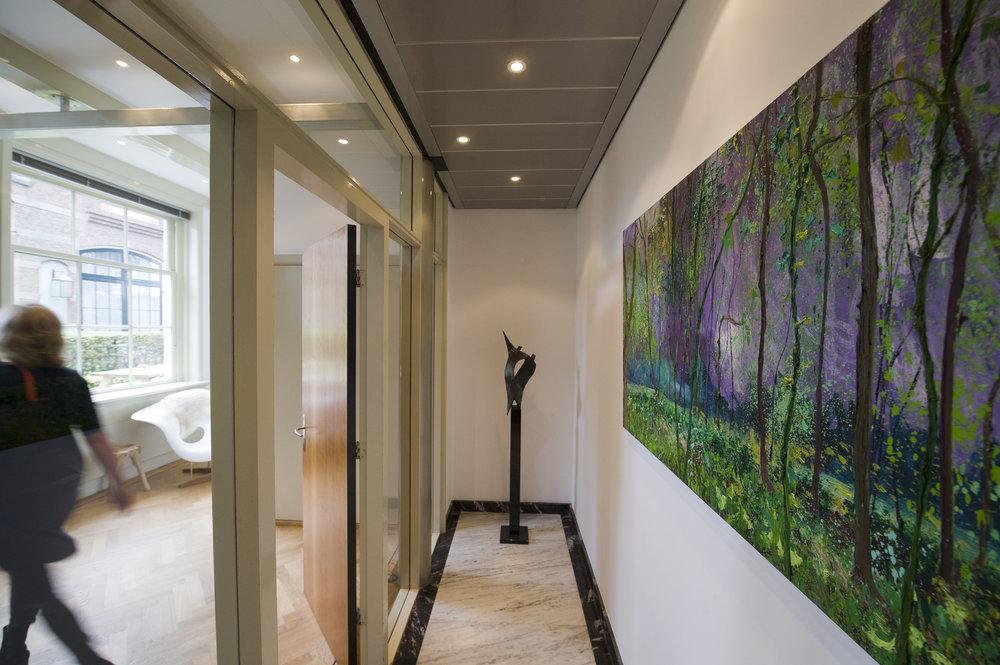 Drie stappen naar een fijnere werkplek - Kijken naar kunst maakt blij. Wil jij ook gelukkigere collega's? Wij vertellen je graag hoe je met kunst zorgt voor een gelukboost op jouw kantoor.