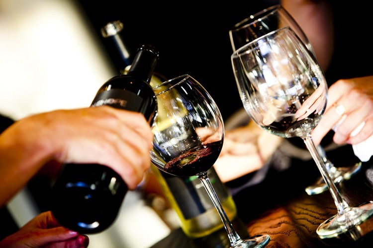 Wine-Confidante-pouring-wine-with-friends.jpg