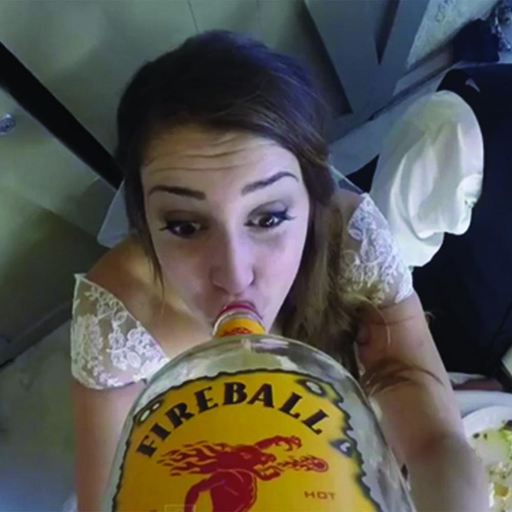 BottleUp - Brindemos por los novios directo de la botella. Camara GoPro graba a todos quienes se tomaron la fiesta enserio. Incluye botella a elección.$100.000