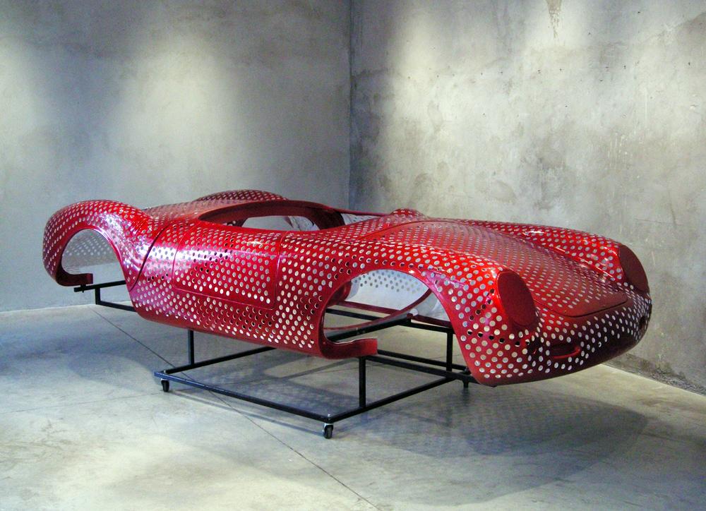 hIPNOANALISIS 2010 fibra de vidrio, acero y pintura automotiva 107 x 375 x 155 cm