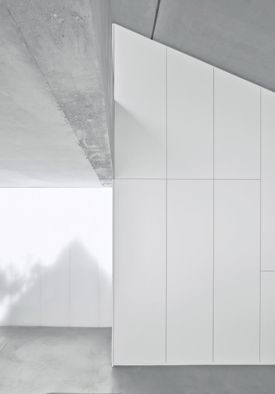 tall-minimalistic-hillside-house-built-from-concrete-15-ceiling.jpg
