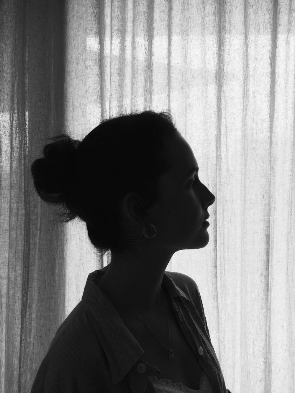 - Angstvor deinen AugenAngstmich darinzu verlierenin dirmich zu verratenund zu offenbarenAngstvor Intimität dieser Artlieber lasse ich michvon deinen Händenals von deinen Blickenberührendann übergebe ich dirmeinen Körperlasse ihn Mauern errichtenund schütze durch ihndas Dahintermich.