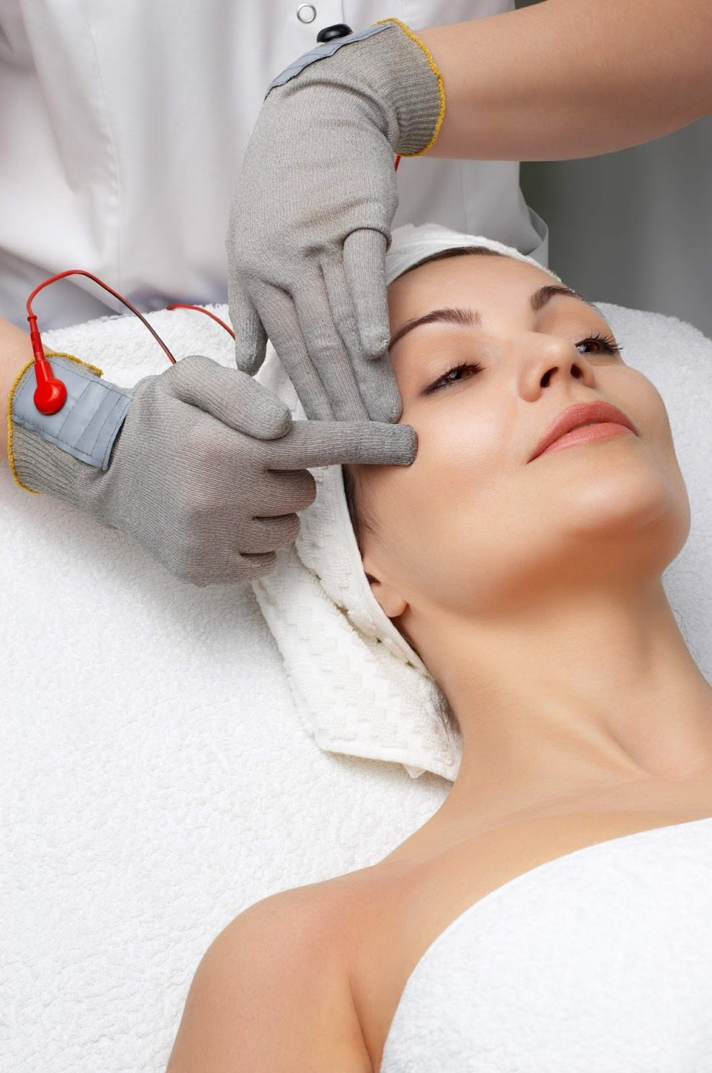Benefit of Microcurrent - Lift of jowls and eyebrows-Lymphatic drainage-Improved skin texture-Skin pigment improvement-Product penetration-Smoother, firmer skin-Hydrated and revitalized skin-Improved elasticity