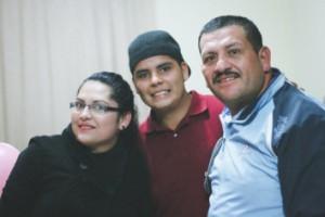 yesenia con su hermano y padre