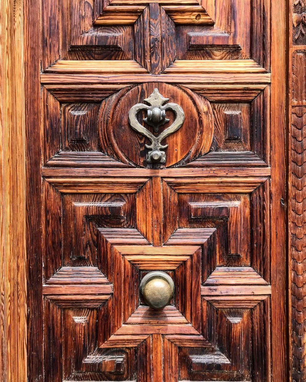 Door.  -  #spain #madrid #woodwork #imasuckerforwoodgrain  (at Madrid, Spain)