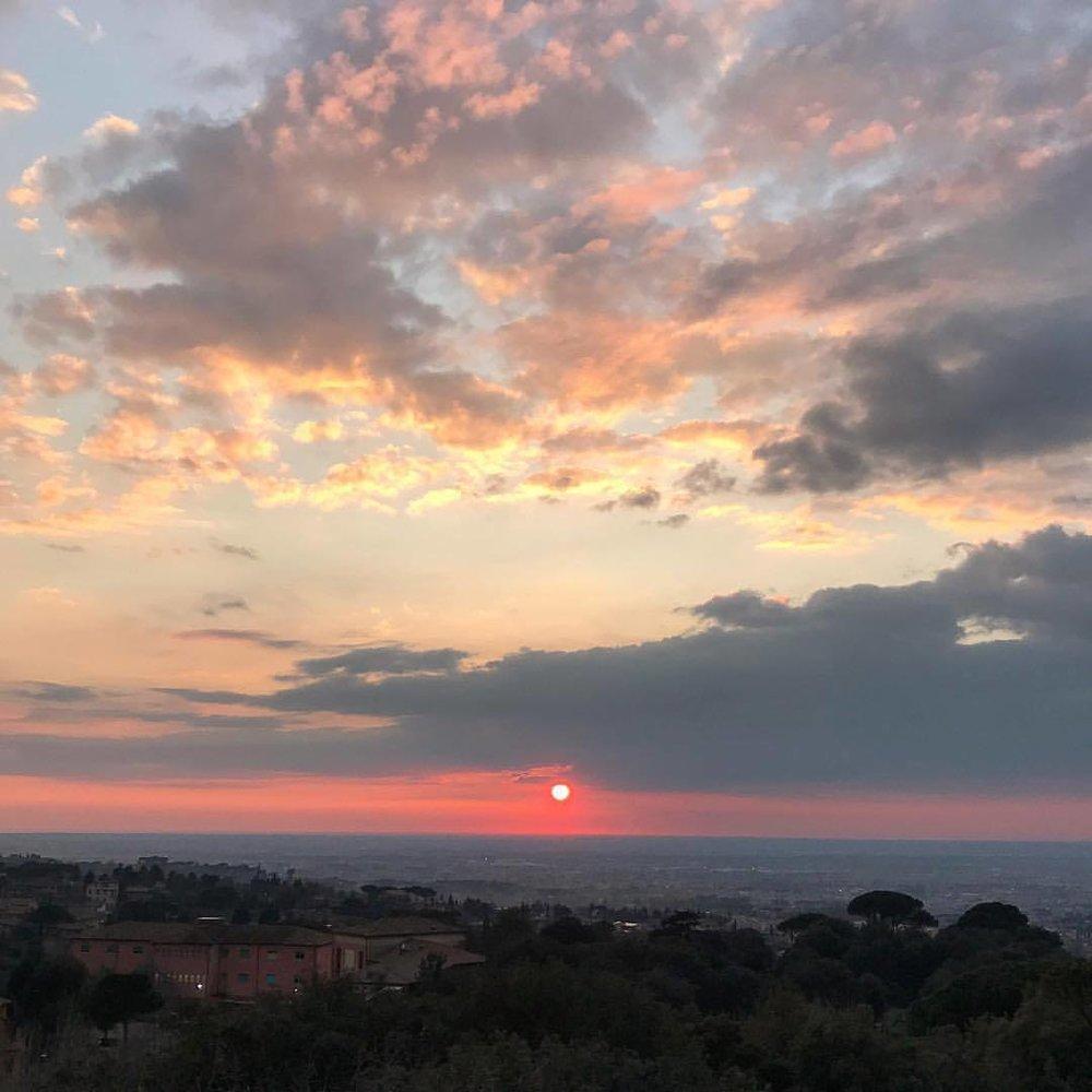 Sunset over the hazy sprawl of ancient Rome.  -  #italy #rome #tuscany #eternalcity  (at Frascati, Italy)