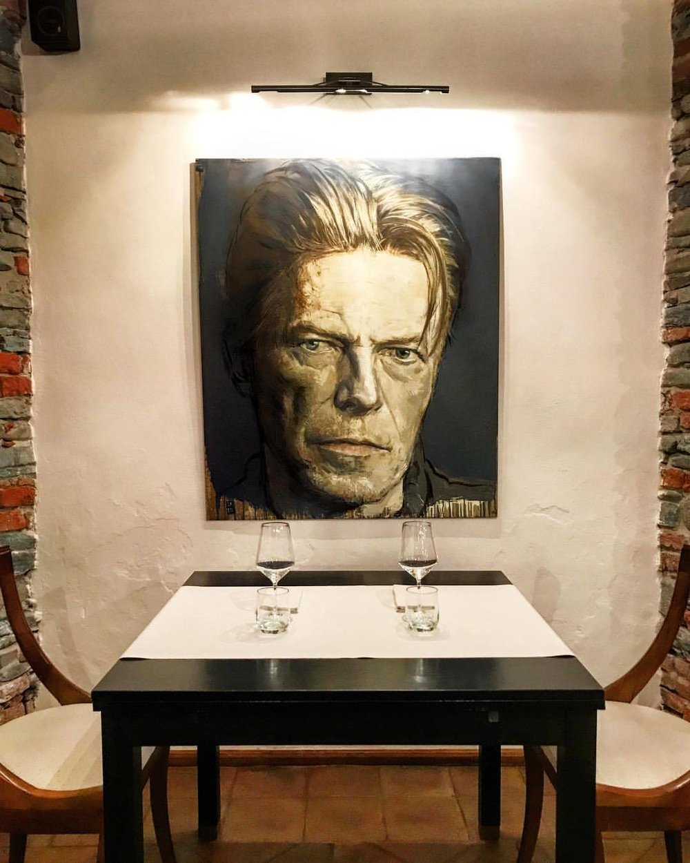 Dinner with Bowie.  -  #italy #piedmont #art #bowie #ziggystardust  (at Dogliani)