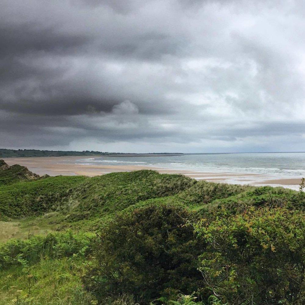 Gray summer day on the northern England coast.  #england #uk #northumberland #perfectweatherforhiking #legsstiffasfuck (at Alnwick Beach)