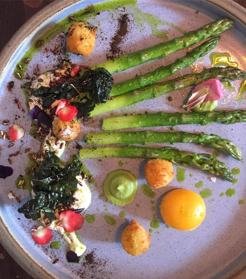 Asparagus, breaded burrata balls, smoked river eel purée, duck egg, fried kale.  #england #lunch #britishfood  (at Peace and Loaf Jesmond)