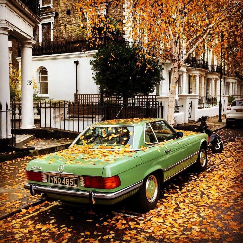Autumn in the city.  #england #london #autumn #vintagemercedes  (at Notting Hill, Portobello Road Market)