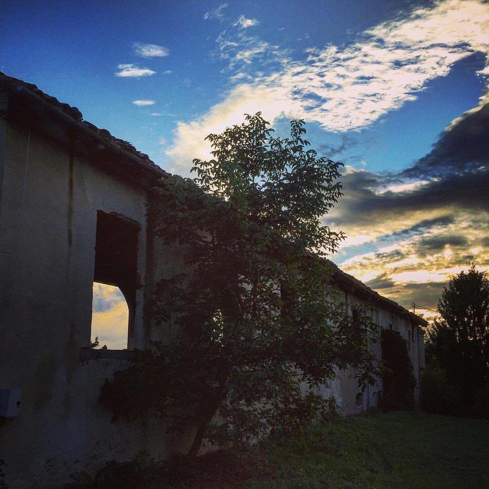 Abandoned farmhouse at sunset.  #italy #piedmont #architettura  (at Bossolasco)