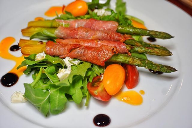 Our chef really knows how to make a beautiful dish! Check out this delicious Prosciutto Wrapped Asparagus. 😍😁 #Huntington #LongIsland #BlackAndBlueSeafoodChophouse.