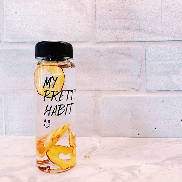 Take a swig of fruit infused water to stay hydrated 🍑 . . . . 📷 cred: @conncepts_