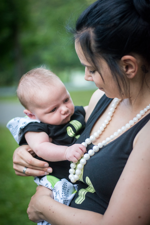 Collier de portage - En plus d'ajouter du style à la tenue de maman, les mains de bébé sont bien occupées pendant les boires !
