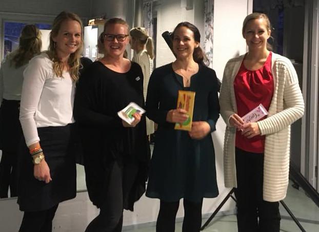 Klubi-illassa parhaat puhujat palkitaan tietenkin suklaalla! Vasemmalta Anna Saura, Jenni Kotakorpi, Sini Kaukonen ja Camilla Laitinen