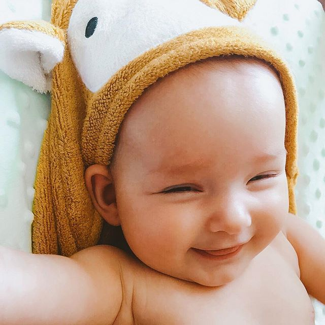 Beautiful Maisie in our Alta Giraffe hooded towel 💕  Photo via @nicolejanice_ . . . #mibaloo #babygift #babyhoodedtowel #bambootowel #australiababy