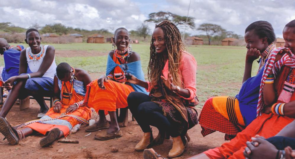 Leyla Hussein spricht mit Massai-Frauen in Kenia über die Folgen der Genitalverstümmelung.