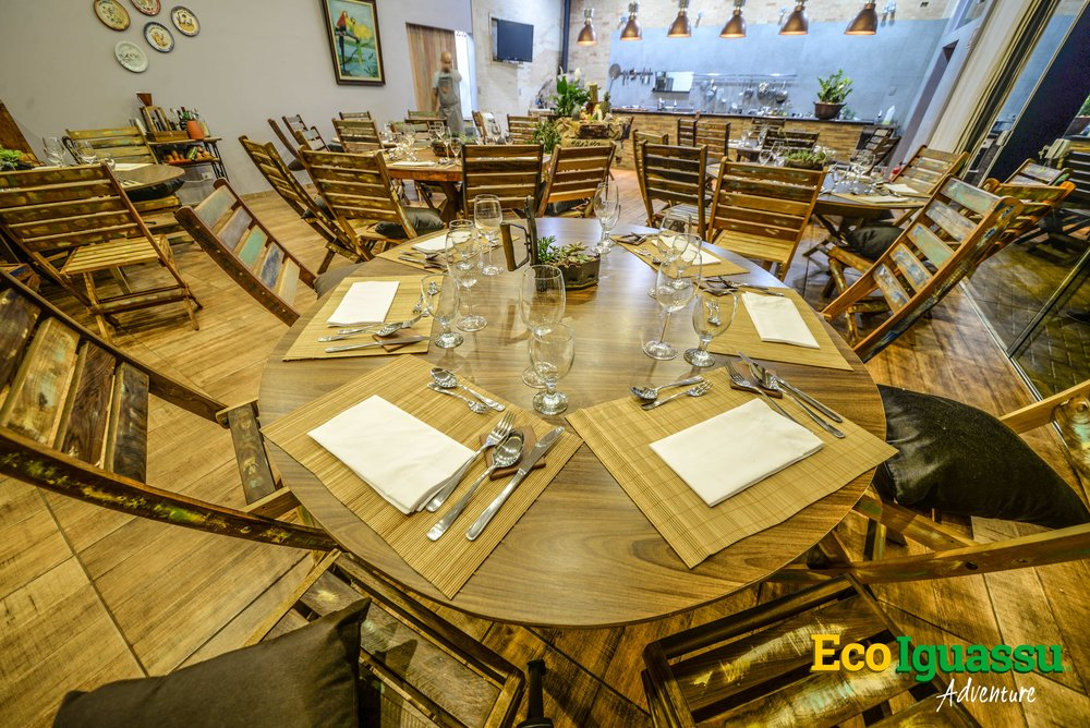 CUSTOMIZED ARRANGEMENTS    Features:  rounded or square tables accordantly to the guests preferences.