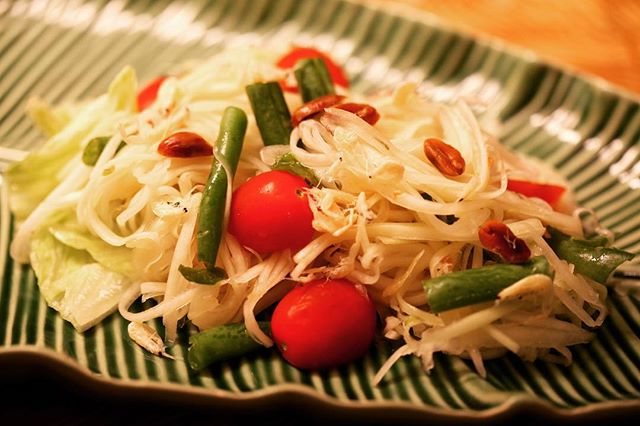 【Som tum (Green papaya salad)】 ・ A popular spicy & healthy Thai salad *********************** 【Ingredients (2-3 servings)】 10 oz. green papaya 5 cloves garlic, chopped 4-6 bird's eye chilies 4 cherry tomatoes, halved 3 oz. long beans, cut into 1 inch pieces 2-4 tbsp roasted peanuts 2 tbsp dried shrimp (optional) 2 tbsp fish sauce 2 tbsp palm sugar, grated if purchased as a whole piece (can substitute sugar) 3 tbsp lime juice To garnish: 1 cup shredded red cabbage, fresh bean sprouts, and ½ cup long beans, cut into 1-inch pieces*********************** ・ 【Directions】 1. Peel papaya.Cut flesh into a fine julienne.Discard seeds. Reserve. 2. In a mortar and pestle,pound chilies and garlic together to form a chunky paste. 3. Add peanuts,dried shrimps,tomatoes and beans.Mix to incorporate. 4. Add fish sauce, palm sugar and lime juice. 5. Add shredded Papaya,fold it in. 6. Put on a serving platter and garnish with red cabbage,fresh bean sprouts and long beans. #umamirecipes #umami #recipes #foodrecipes #cook #foodcooking #foodies #foodstagram #foodporn #ajinomoto #food52grams #cookingram #tomato #salad #greenpapaya #thaisalad #deliciousness