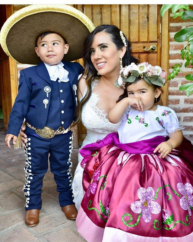 We just couldn't resist sharing this adorable moment captured by the Llamas family of @llamasfamilywines! What a beautiful representation of our rich history and modern culture.  La familia es una de las obras maestras de la naturaleza.