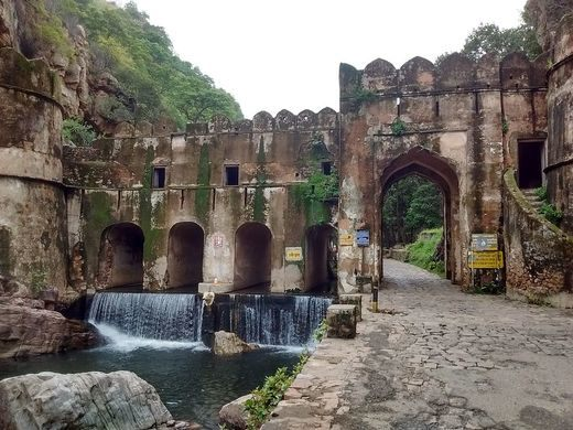 Hamir_Kund_-_Entrance_to_Ranthambore_Fort,_Sawai_Madhopur.jpg