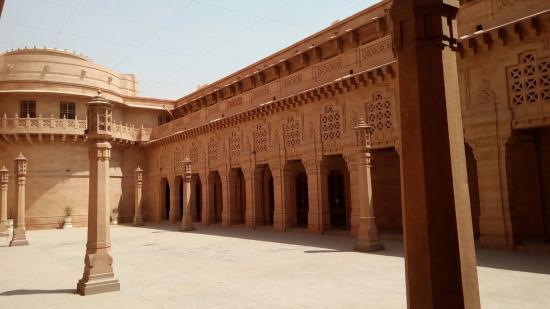 umaid-bhawan-palace-museum.jpg