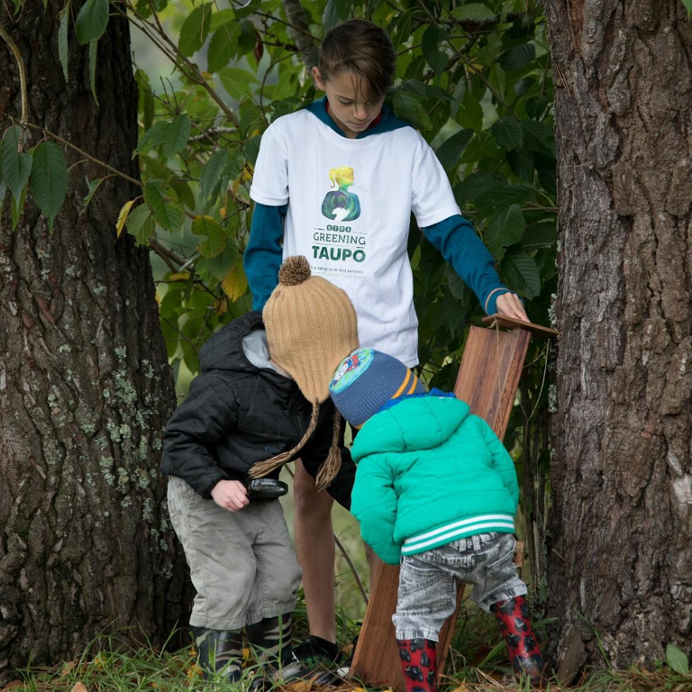A tuakana teina approach (e.g., big kids helping/teaching little kids) is an integral part of the Kids Greening Taupō programme.