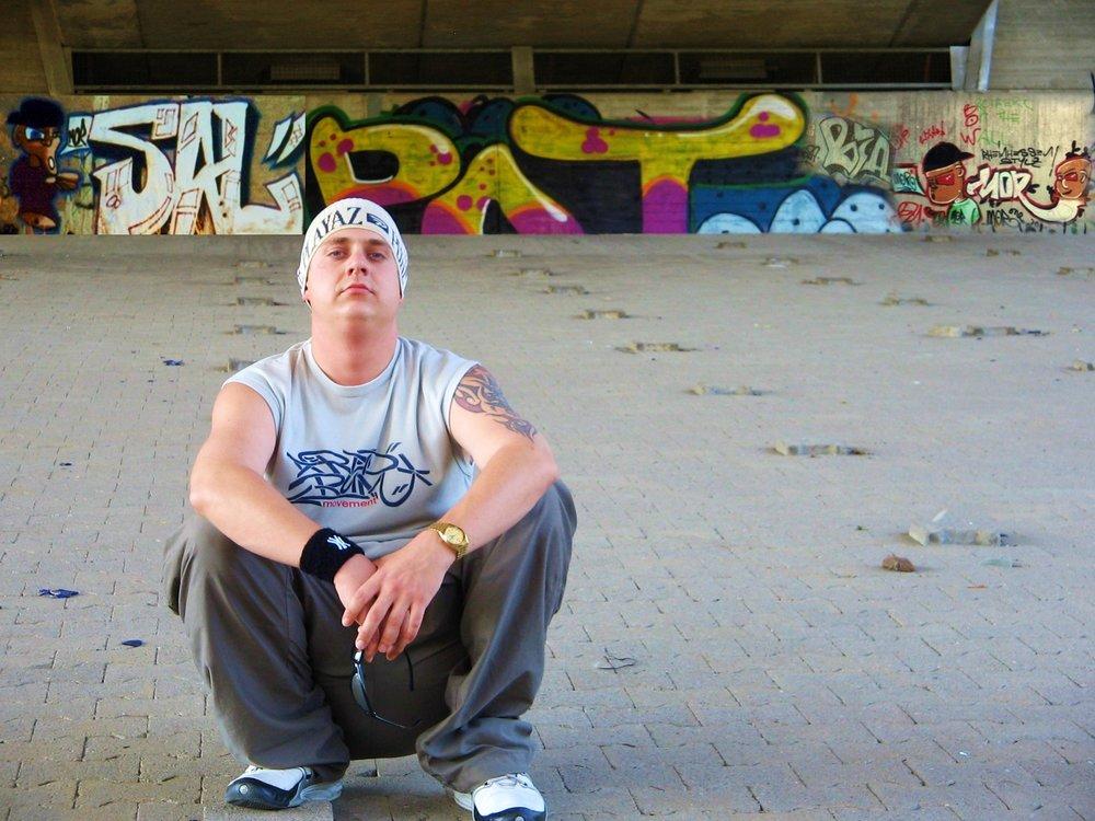DCK - D'CHEFKOCH (DE) - 1998 fing DCK zum ersten Mal an seine eigenen Beats und Rhymes aufzuschreiben und sich vollen Herzens der Hip Hop Szene zu widmen. Es bildeten sich schnell seine Crews mit denen er seiner Leidenschaft nachging. 2001 hatte er seinen ersten Auftritt in der Hip Hop Lounge und ist seither in der Hip Hop Szene präsent. Soulfood ist die Leidenschaft, die Musik und seine Einstellung im Leben. Es ist das Essen für die Seele.