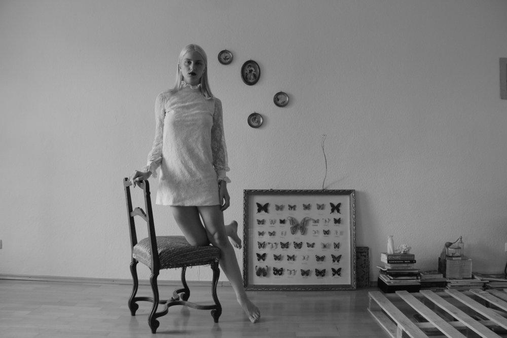 """Hannah Baum (DE) - Hannah Baum (DE) aus Berlin beschäftigt sich mit Fotografie und Malerei. Ihre Arbeit """"136x640 or the skin you're in"""" ist eine Serie, die hyperreale Landschaften zeigt. Die Natur-Fotografien stellen unsere Fähigkeit oder Unfähigkeit, zwischen real und künstlich zu unterscheiden, in Frage."""