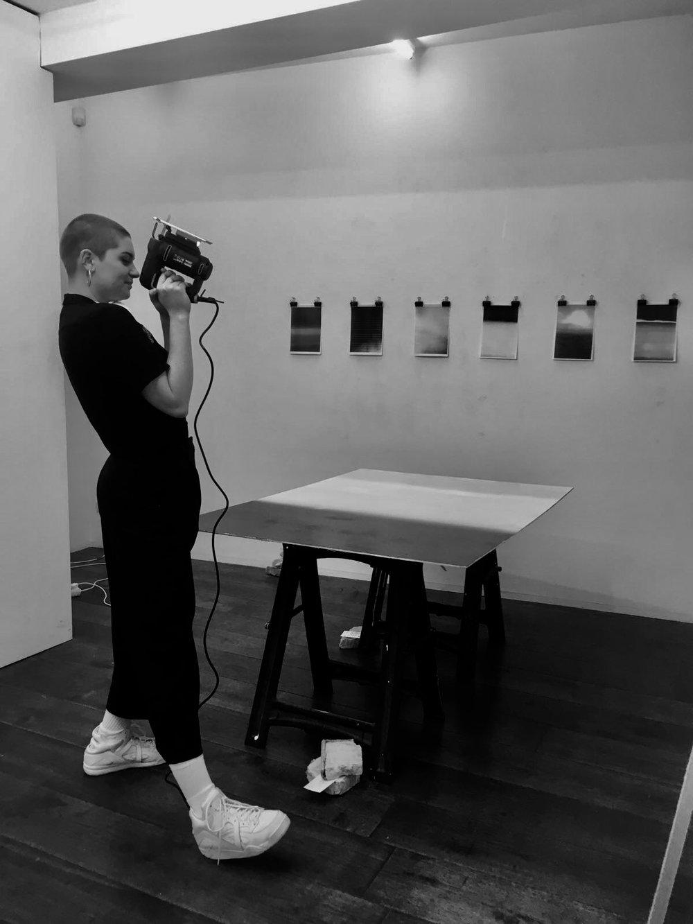 Sophie Spekle (NL) - Sophie Spekle (NL), die sich gerade in ihrem Abschlussjahr an der University of the Arts Utrecht befindet, konstruiert Multimedia-Installationen. Ihre Arbeit basiert oft auf Sprache und fragt wie uns das post-digitale Zeitalter beeinflusst, wie wir mit Bildern, Objekten und den Räumen, in die unsere Körper physikalisch und immatieriell eintreten, interagieren.
