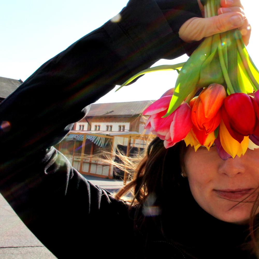 ZUZANA BORYSEK (DE) - Zuzana ist eine erfahrene Künstler in den vielfältigsten Bereichen, die sich auf die digitale Medien und der klassischen bildenden Kunst beziehen. Durch den Abschluss in Wirtschaft und ihrem großen Einfluss ihres Studiums in der bildenden Kunst an der Akademie für Bildende Künste und Design in Bratislava, Slowakei, verbindet sie die pragmatische Sicht mit künstlerischen Perspektiven der Zukunft.