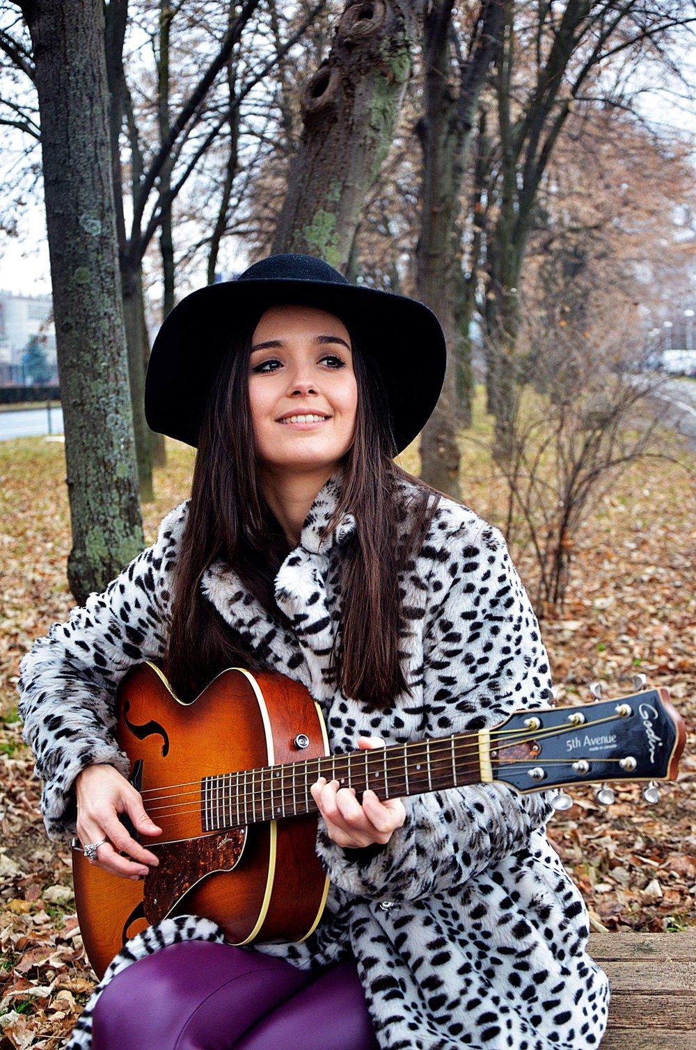 ERNA (DE) - Erna ist Sing- und Songwriterin aus Mainz. Sie entdeckte die Leidenschaft für Musik schon in ihren jungen Jahren.Ihre Musik beinhaltet oft Thematiken wie menschliche Beziehungen, Kämpfe, Niederlagen und den Aufstieg. Ihre Musik harmonisiert zwischen Blues, Soul und verträumtem Pop. Ihre Interpretationen vereinen ihre warme, aufrichtige und tiefe Altstimme mit ihren Gitarrenklängen. Ihre erste EP