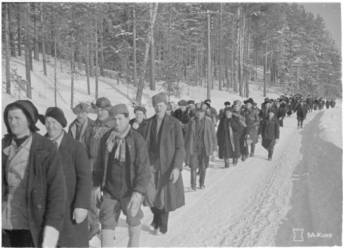 """""""Perääntyviä työvelvollisia Räisälässä"""", 15.3.1940. Lähde: SA-kuva."""