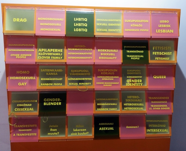 LHBTIQ on monipuolinen kokoelma, jossa eri termit ja kategoriat eivät sulje toisiaan pois. Hilpeys ja ennakkoluulo –näyttely pyrkii avaamaan ja selittämään seksuaali- ja sukupuolivähemmistöjen terminologia.