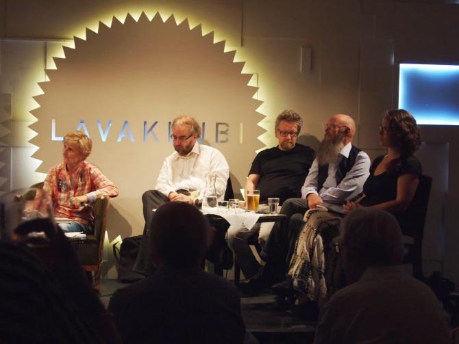 Toimittaja Minna Lindgren, professorit Jaakko Hämeen-Anttila, Kari Enqvist ja Esko Valtaoja sekä poliitikko Emma Kari Lavaklubilla.