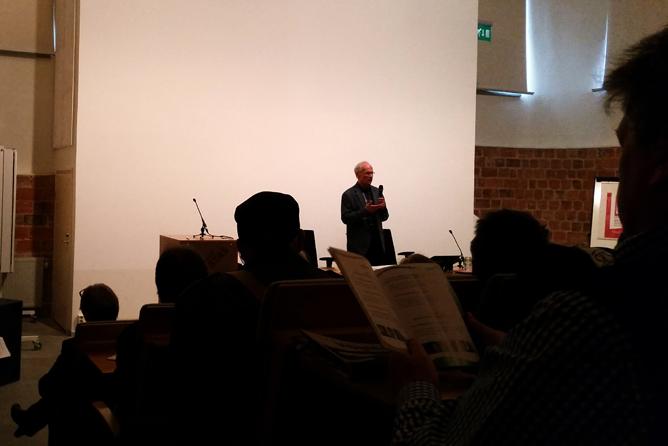 Emeritusprofessori Pertti Karkama luennoimassa uusliberalistisen ideologian vaikutuksesta nykykirjallisuuden teemoihin.