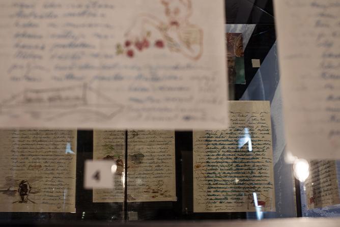 Kuva Salaisuuksiin suljettu – Kirjeiden Tom of Finland –näyttelystä. Kuva: Juha Valkeajoki.