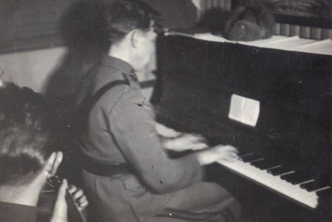 Ennen mainosalaa Laaksonen työskenteli ravintolamuusikkona lähes kymmenen vuoden ajan aina vuoteen 1958 ja soitti säännöllisesti muun muassa legendaarisen helsinkiläishotelli Palacen baarissa. Kuva: Perhealbumi.