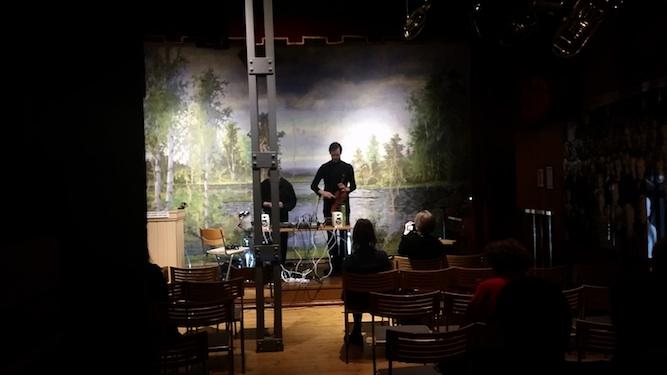 EKF tarjosi lukuisia poikkitaiteellisia musiikkiesityksiä. Kuvassa Duo Perikadon runoutta ja elektroakustista musiikkia yhdistelevä improvisaatio.