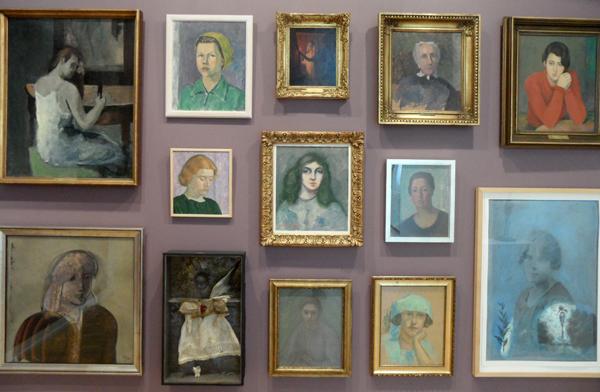 Eri vuosikymmenien aikana maalatut kasvokuvat luovat fiktiiviselle orpokoti-tarinalle todentuntuiset kehykseT.