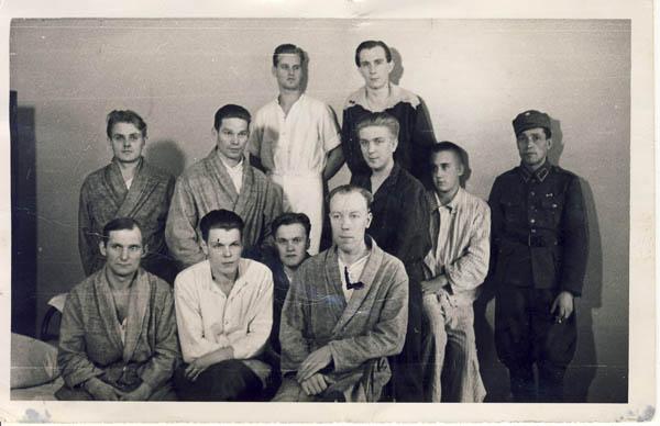 Tästä talvisodan aikaisesta sotasairaalassa otetusta kuvasta turkulainen opettaja Kallioinen tunnisti Ylinokarin, ja merkitsi hänet L-kirjaimella.