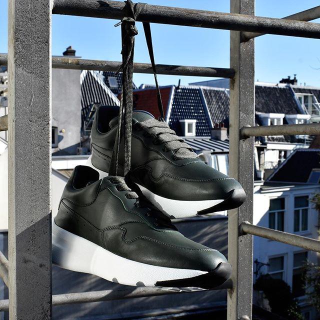 Alexander McQueen runner sneakers. Discover more in store  #fashion #menswear #alexandermcqueen #sneakers #amsterdam #6amstores