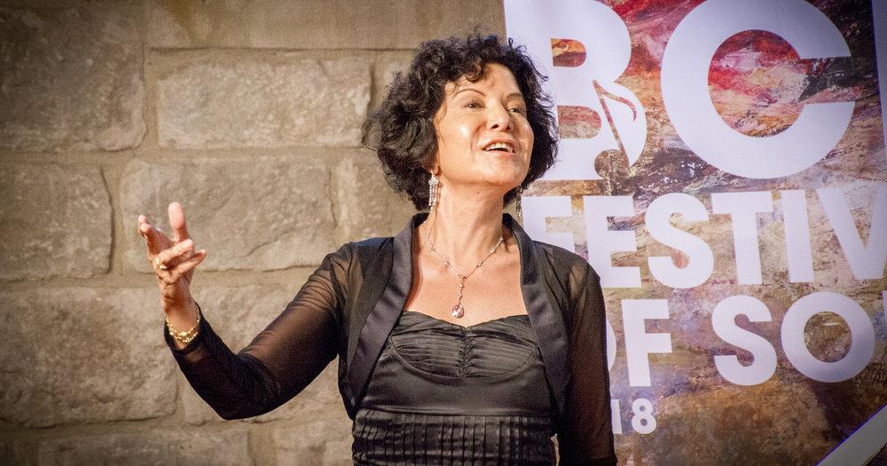 OBERT A ESTUDIANTS I PROFESSORS - Cada any el festival rep a un selecte grup de cantants de tot el món que arriben a Barcelona per submergir-se en el repertori vocal en castellà, català i portuguès. Molts són professors que vénen a adquirir les eines que els permetin ensenyar en les seves institucions d'origen.