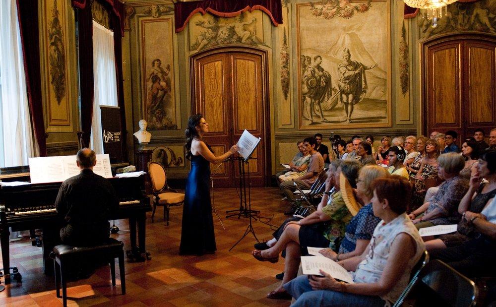 SING In two concerts - Els participants del Barcelona FestivalofSong tenen l'oportunitat de cantar en dos concerts públics en sales emblemàtiques de la ciutat de Barcelona. El curs, dirigit a cantants lírics, pianistes, guitarristes imusicólogosestà obert a estudiants i professors interessats a conèixer el ric repertori de cançó artística ibèrica i llatinoamericana.