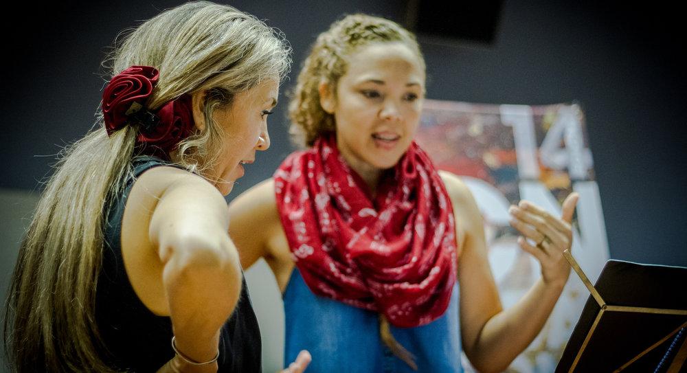 CLASSES MAGISTRALS I CONFERÈNCIES - Els participants del Barcelona FestivalofSongreben 63 hores de classes, conferències i classes magistrals que els permeten contextualitzar el repertori i aconseguir bones interpretacions. Tenen a més l'oportunitat de participar en dos concerts públics.