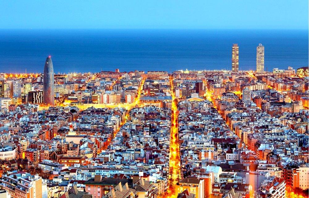 DESCUBRE BARCELONA - Una de las ciudades más vibrantes de la escena internacional, Barcelona es un lugar especial para los amantes del arte, la cultura y la música. Sus coloridos edificios modernistas se mezclan con las huellas romanas, góticas y con la arquitectura de vanguardia. El lugar ideal para adentrarte en la rica y diversa cultura ibérica y latinoamericana.
