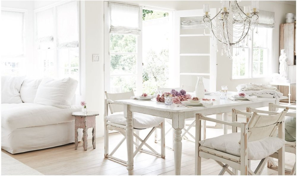 """Rachel Ashwell's mantra of """"Beauty, Comfort, Function"""" at play in her laid back, all white California home. image: House Beautiful"""